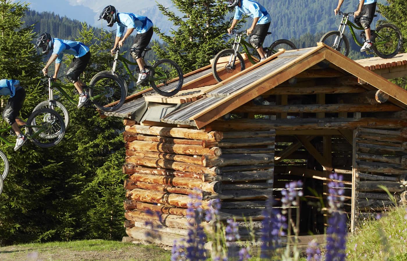 Sprung Holzhütte im Bikepark SFL in Tirol. Hotel Natürlich in Fiss in bester Lage Nahe zum Bikepark - Bikeparknähe.