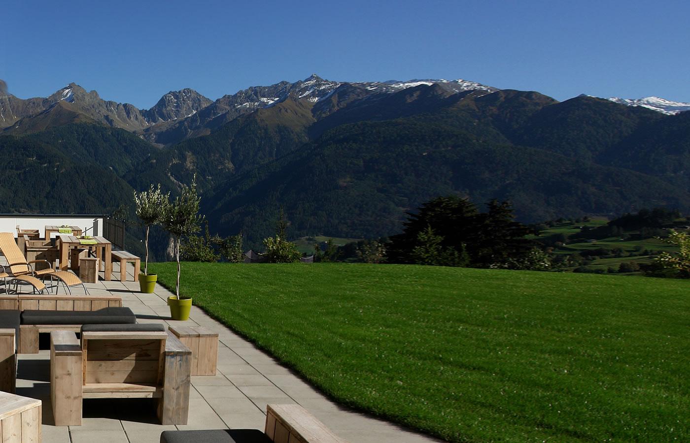 Sommer-Terrasse im Natürlich. Hotel der Aussichten in Serfaus-Fiss-Ladis.
