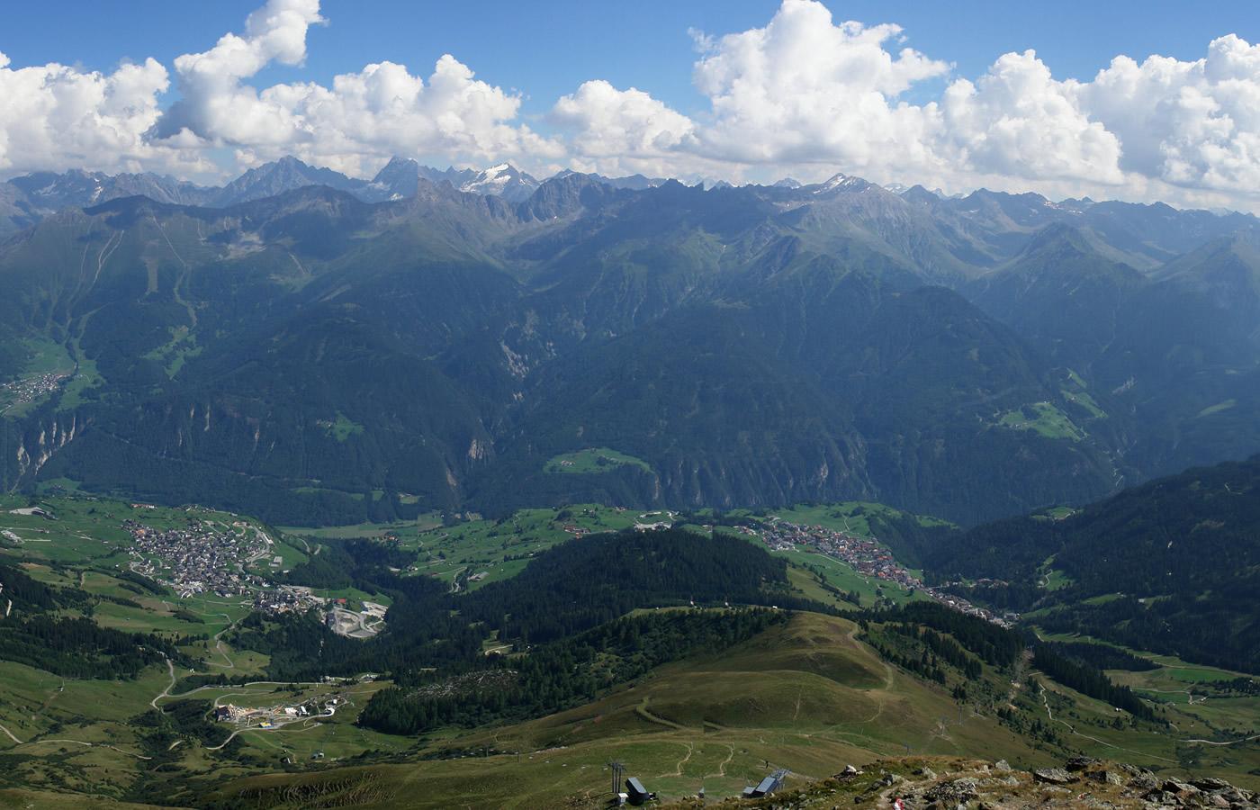 Natürlicher Weitblick und Fernsicht im Sommer in Fiss, Tirol.
