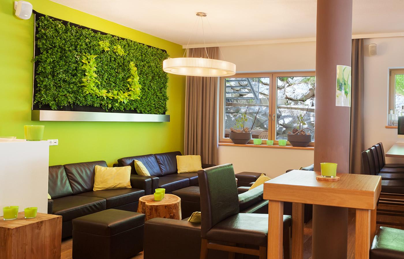Hotel Natürlichs Bar und Lounge. Sommer-Geselligkeit in Fiss, Tirol.