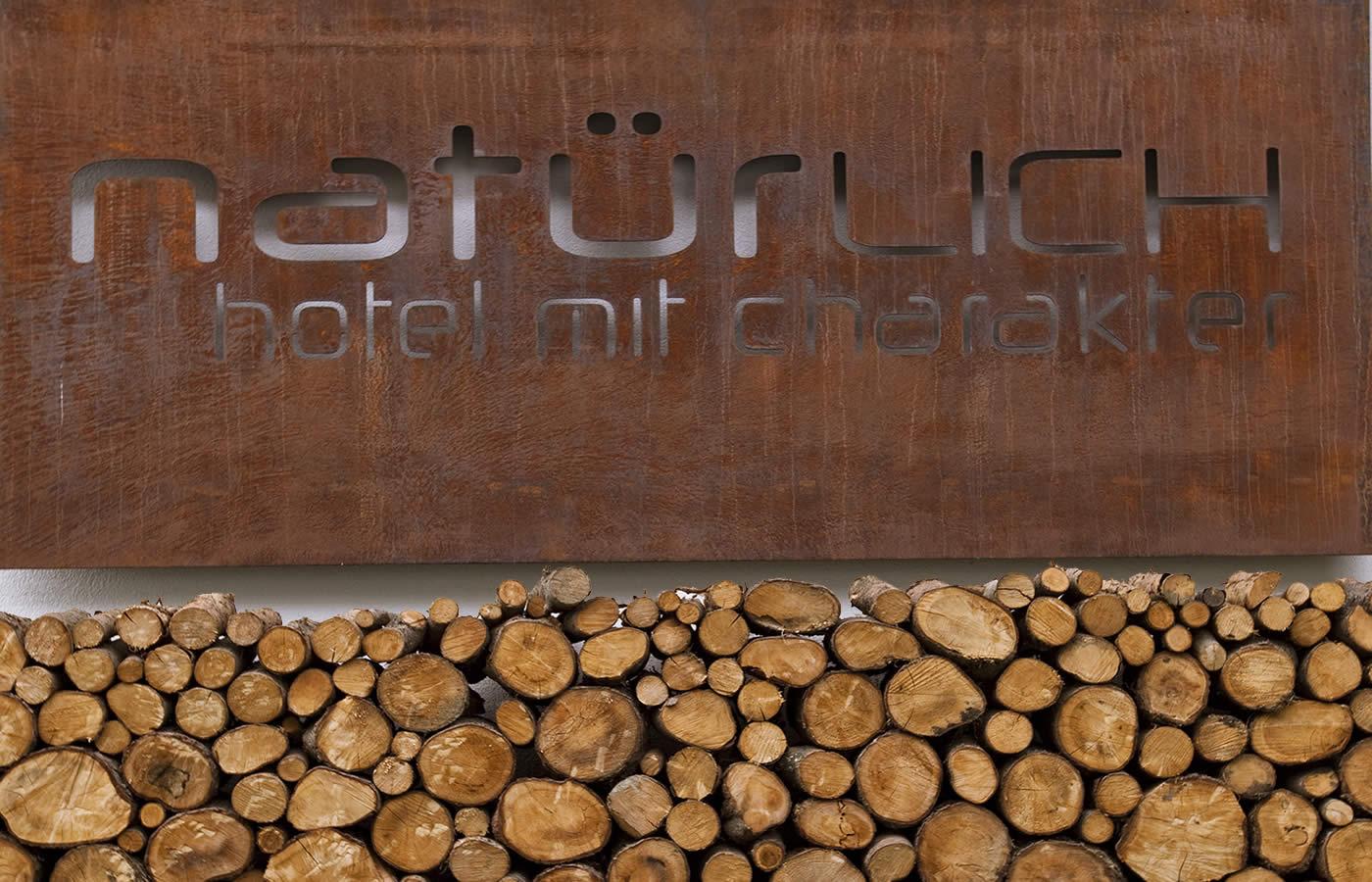 Hotel Natürlich Holzlege und Hotelnamen in Rostmetall. Ferien in Fiss - Österreich.