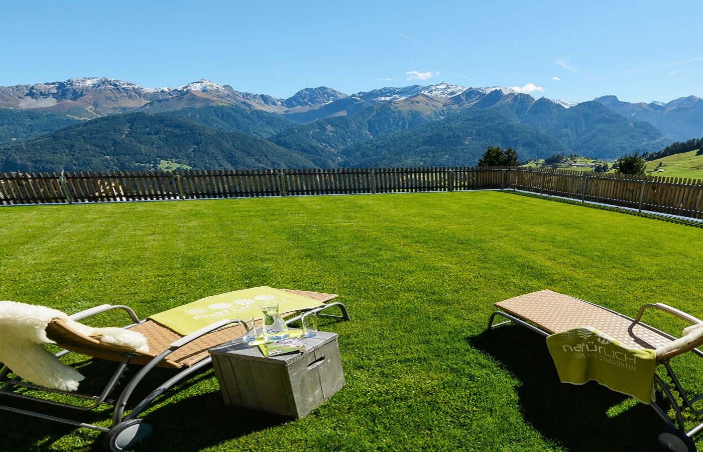 Hotel Natürlich Terrasse - Blick über die Berge Tirols.