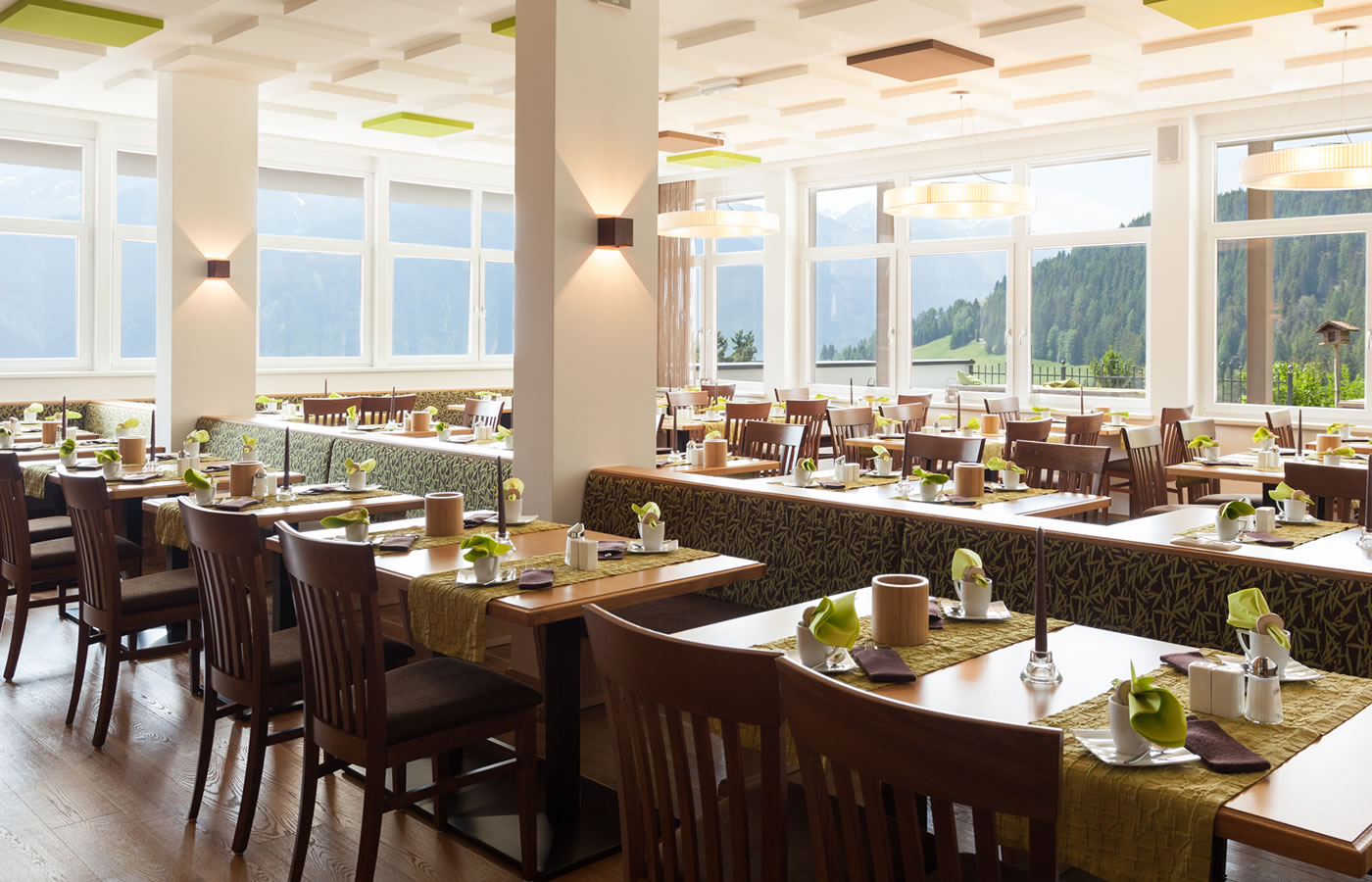 Frühstücksraum des Hotels. Ausblick über Serfaus-Fiss-Ladis, Österreich.